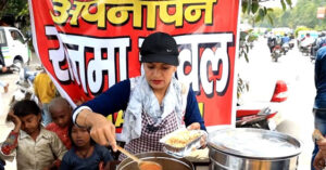Read more about the article Inspirational Story of Sarita Kashyap sells Rajma Chawal, she feeds food to the people even if they have no money.